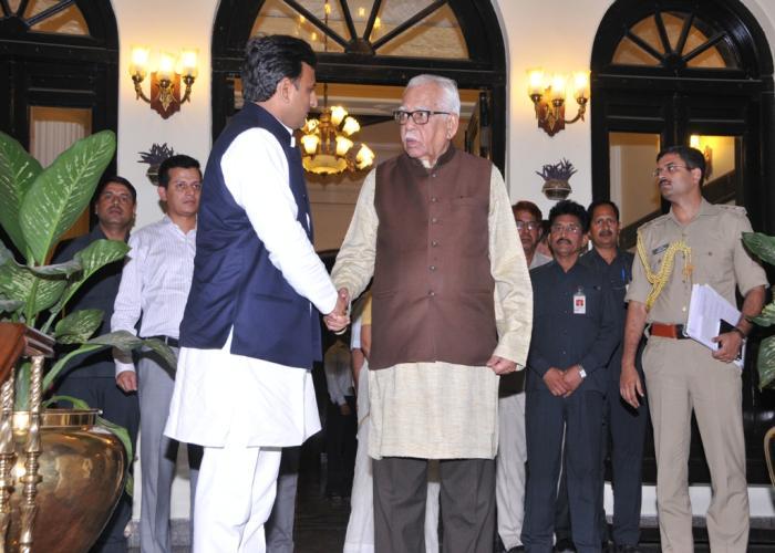 उत्तर प्रदेश के मुख्यमंत्री श्री अखिलेश यादव राज्यपाल श्री राम नाईक से राज भवन में 24 अप्रैल, 2015 को शिष्टाचार भेंट करते हुए।