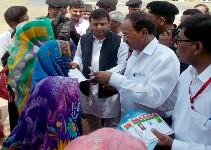 मुख्यमंत्री श्री अखिलेश यादव दिनांक 30 अप्रैल, 2015 को जनपद बांदा में मृतक किसानों के परिजनों को बीमा योजना के चेक प्रदान करते हुए