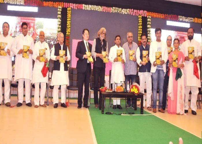 मुख्यमंत्री श्री अखिलेश यादव 16 मई, 2015 को अपने सरकारी आवास पर आयोजित कार्यक्रम में 'फिल्म नीति उत्तर प्रदेश2015' पुस्तिका का विमोचन करते हुए।