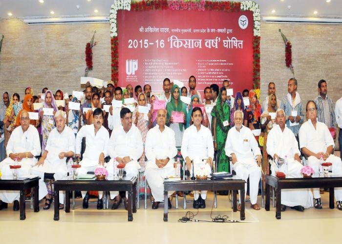 मुख्यमंत्री श्री अखिलेश यादव 15 मई, 2015 को अपने सरकारी आवास पर बेमौसम बरसात एवं ओलावृष्टि के फलस्वरूप प्रदेश के जनपदों के मृतक किसानों के आश्रित परिवारों के साथ।