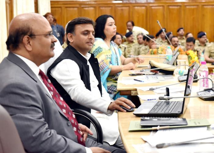 मुख्यमंत्री श्री अखिलेश यादव का 01 अप्रैल, 2016 को 'पुलिस सप्ताह2016' के दौरान अधिकारियों के सम्मेलन के दौरान गृृह विभाग की वेबसाइट को रीलाॅन्च करते हुए।