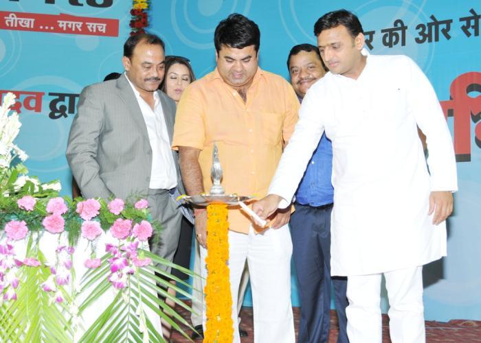 27 सितम्बर, 2014 को मुख्यमंत्री श्री अखिलेश यादव लखनऊ में द मिड डे एक्टिविस्ट के विमोचन समारोह का दीप प्रज्ज्वलित कर शुभारम्भ करते हुए।