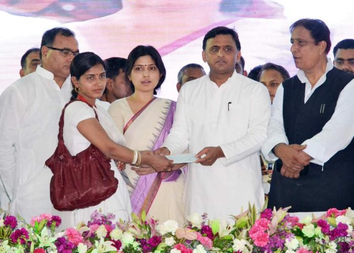 उत्तर प्रदेश के मुख्यमंत्री श्री अखिलेश यादव 12 अप्रैल, 2016 को कन्नौज में विभिन्न कल्याणकारी योजनाओं से एक लाभार्थी को लाभान्वित करते हुए।