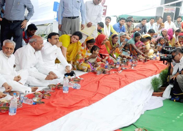 मुख्यमंत्री श्री अखिलेश यादव 01 मई, 2016 को लखनऊ में मध्यान्ह भोजन योजना के शुभारम्भ अवसर पर श्रमिकों के साथ भोजन करते हुए।
