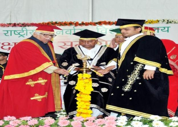 30 सितम्बर, 2014 को लखनऊ में राज्यपाल, मुख्यमंत्री श्री अखिलेश यादव, समाजवादी पार्टी अध्यक्ष श्री मुलायम सिंह यादव डाॅ0 शकुन्तला मिश्रा राष्ट्रीय पुनर्वास विश्वविद्यालय के दीक्षान्त समारोह का शुभारम्भ करते हुए।