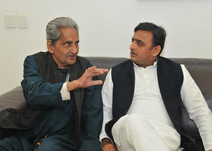 दिनांक 28 नवम्बर, 2014 को उत्तर प्रदेश के मुख्यमंत्री श्री अखिलेश यादव अपने सरकारी आवास पर उ0प्र0 भाषा संस्थान के अध्यक्ष डाॅ0 गोपाल दास 'नीरज' से भेंट करते हुए।