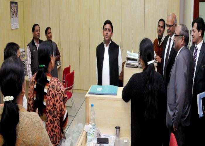 मुख्यमंत्री श्री अखिलेश यादव 13 फरवरी, 2015 को लखनऊ में सचिवालय स्थित वित्त विभाग के निरीक्षण के अवसर पर कर्मचारियों से बातचीत करते हुए।