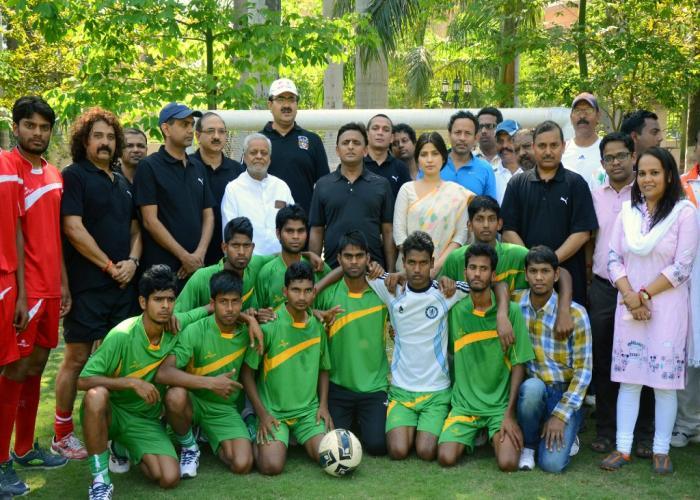 मुख्यमंत्री श्री अखिलेश यादव 22 मार्च, 2015 को अपने सरकारी आवास पर एक प्रदर्शनी फुटबाॅल मैच के उपरान्त दोनों टीमों के खिलाडि़यों के साथ।