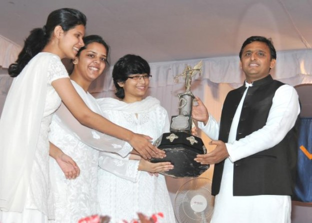 उत्तर प्रदेश के मुख्यमंत्री श्री अखिलेश यादव 21 मार्च, 2015 को लामार्टीनियर गल्र्स काॅलेज, लखनऊ के वार्षिक पुरस्कार वितरण समारोह में छात्राओं को ट्राॅफी प्रदान करते हुए।