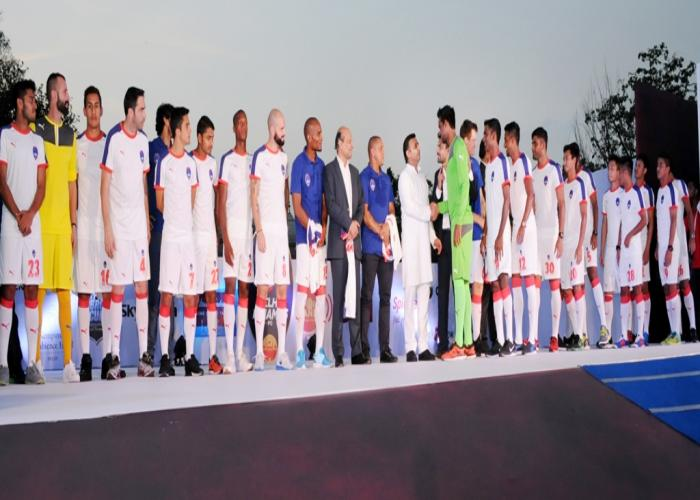 उत्तर प्रदेश के मुख्यमंत्री श्री अखिलेश यादव 19 सितम्बर, 2015 को आगरा में डेल्ही डायनमोज फुटबाॅल खिलाडि़यों से परिचय प्राप्त करते हुए।