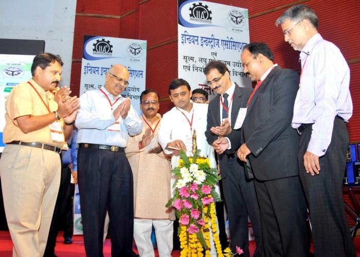 उत्तर प्रदेश के मुख्यमंत्री श्री अखिलेश यादव 20 सितम्बर, 2014 को लखनऊ में उ0प्र0 उद्यमी महासम्मेलन, 2014 का दीप प्रज्ज्वलित कर शुभारम्भ करते हुए।