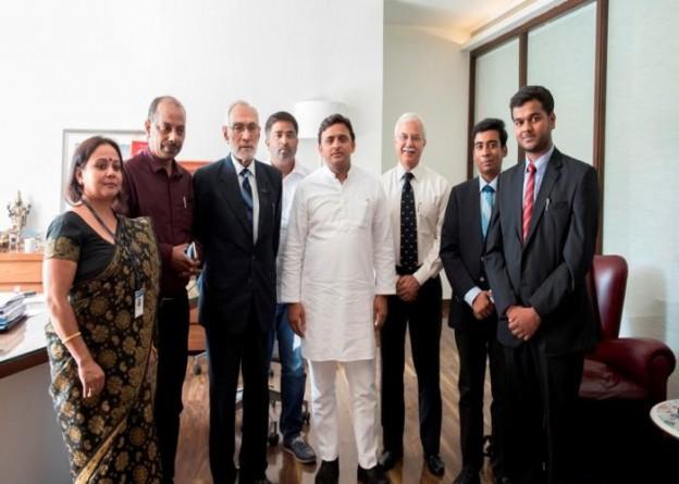 मुख्यमंत्री श्री अखिलेश यादव 29 सितम्बर, 2015 को एमिटी विश्वविद्यालय के छात्रों द्वारा लखनऊ की यातायात व्यवस्था पर दिए गए प्रस्तुतिकरण के अवसर पर।