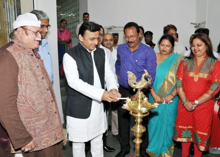 मुख्यमंत्री श्री अखिलेश यादव 15 नवम्बर, 2015 को लखनऊ में राष्ट्रीय ललित कला अकादमी में फोटो प्रदर्शनी 'फर्श से अर्श तक' का दीप प्रज्ज्वलित कर शुभारम्भ करते हुए।