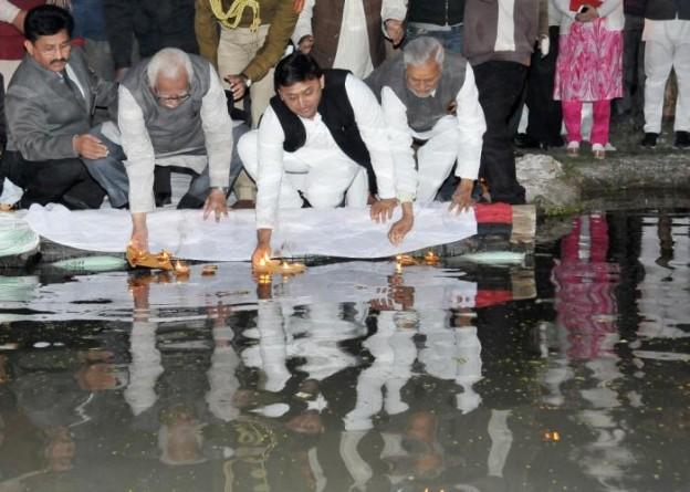 उत्तर प्रदेश के राज्यपाल श्री राम नाईक एवं मुख्यमंत्री श्री अखिलेश यादव 30 जनवरी, 2015 को गोमती तट पर शहीदों की स्मृति में दीपदान करते हुए।