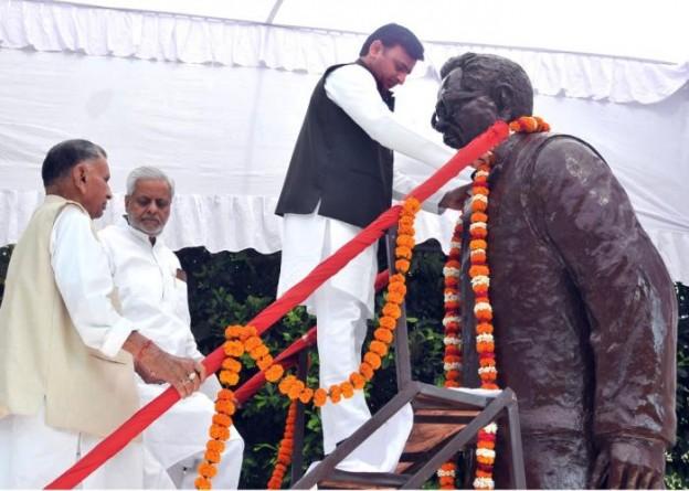 मुख्यमंत्री श्री अखिलेश यादव 23 मार्च, 2015 को डाॅ0 राम मनोहर लोहिया के 105वें जन्म दिवस के अवसर पर उनकी प्रतिमा पर माल्यार्पण करते हुए।