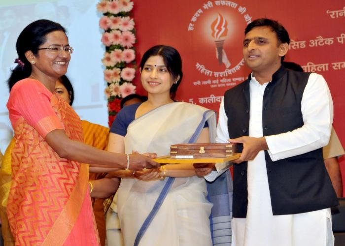 मुख्यमंत्री श्री अखिलेश यादव 29 मार्च, 2015 को अपने सरकारी आवास पर रानी लक्ष्मीबाई पुरस्कार विजेता को सम्मानित करते हुए। साथ में हैं, सांसद श्रीमती डिम्पल यादव।