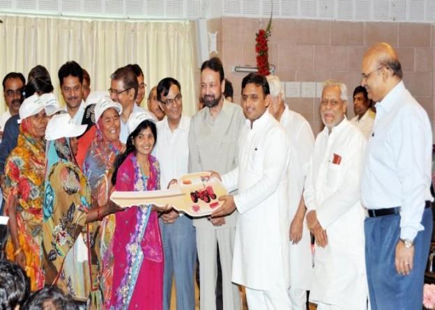 उत्तर प्रदेश के मुख्यमंत्री श्री अखिलेश यादव 4 जुलाई, 2015 को फार्म मशीनरी बैंक योजना के तहत कृषक महिला समूहों को ट्रैक्टर की प्रतीकात्मक चाभी वितरित करते हुए।