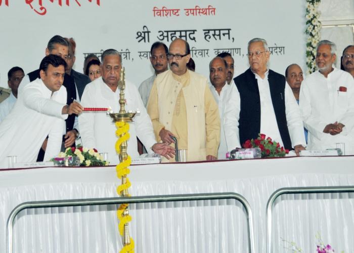 मुख्यमंत्री श्री अखिलेश यादव 15 अक्टूबर, 2015 को लखनऊ में मेदान्ता अवध सुपर स्पेशियलिटी अस्पताल के निर्माण कार्य के शुभारम्भ अवसर पर दीप प्रज्ज्वलित करते हुए।