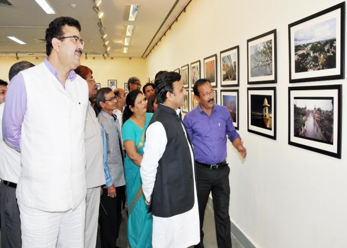 मुख्यमंत्री श्री अखिलेश यादव 15 नवम्बर, 2015 को लखनऊ में राष्ट्रीय ललित कला अकादमी के क्षेत्रीय केन्द्र में फोटो प्रदर्शनी 'फर्श से अर्श तक' का अवलोकन करते हुए।