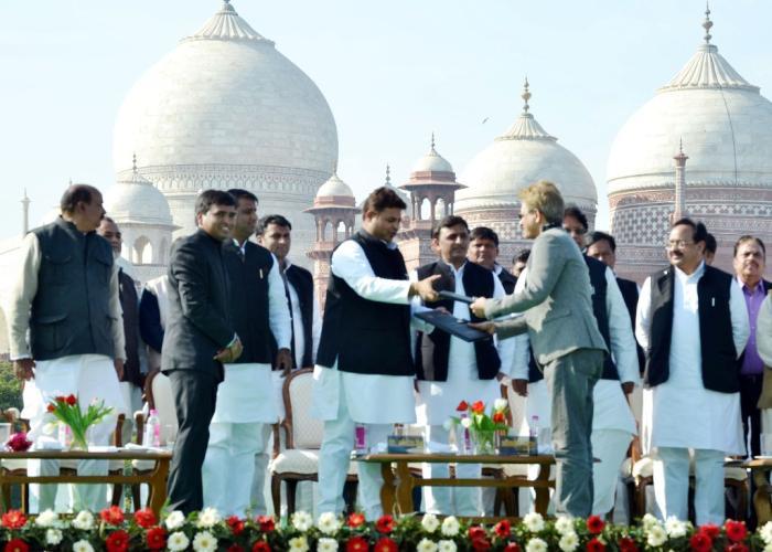 आगरा में मुख्यमंत्री श्री अखिलेश यादव की उपस्थिति में कौशल विकास मिशन तथा एक प्रतिष्ठित कम्पनी के मध्य एम0ओ0यू0 का आदानप्रदान हुआ।
