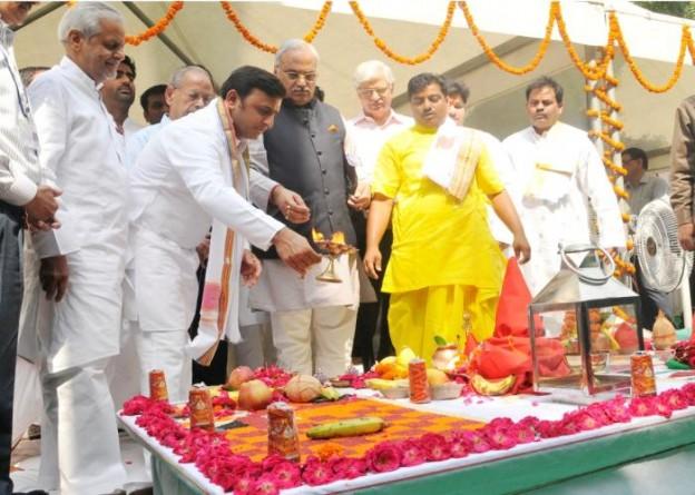 27 सितम्बर, 2014 को मुख्यमंत्री श्री अखिलेश यादव लखनऊ मेट्रो के प्राथमिक सेक्शन के कार्य शुभारम्भ के अवसर पर भूमि पूजन करते हुए।