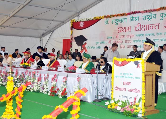 30 सितम्बर, 2014 को लखनऊ में मुख्यमंत्री श्री अखिलेश यादव डाॅ0 शकुन्तला मिश्रा राष्ट्रीय पुनर्वास विश्वविद्यालय के दीक्षान्त समारोह को सम्बोधित करते हुए।