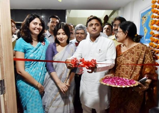मुख्यमंत्री श्री अखिलेश यादव 8 मई, 2016 को के0जी0एम0यू0 में नये पीडियाट्रिक कैंसर वाॅर्ड का उद्घाटन फीता काटकर करते हुए।