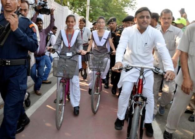 मुख्यमंत्री श्री अखिलेश यादव 20 मई, 2016 को लखनऊ में 'लिव ग्रीन यूपी' कार्यक्रम के दौरान साइकिल चलाते हुए।