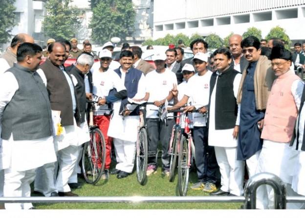 6 दिसम्बर, 2014 को उत्तर प्रदेश के मुख्यमंत्री श्री अखिलेश यादव शास्त्री भवन में लखनऊ महोत्सव2014 के अन्तर्गत आयोजित साइकिल रैली के विजेताओं के साथ।