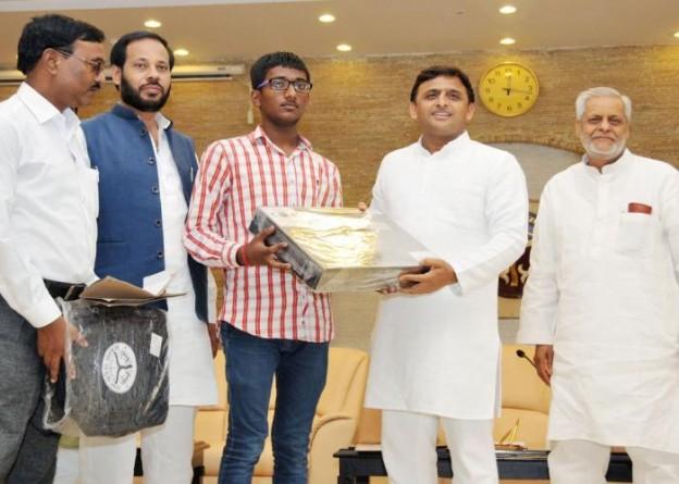 मुख्यमंत्री श्री अखिलेश यादव 24 जून, 2015 को अपने सरकारी आवास पर आई.आई.टी. की प्रवेश परीक्षा में अच्छी रैंक पाने वाले छात्र को सम्मानित करते हुए।