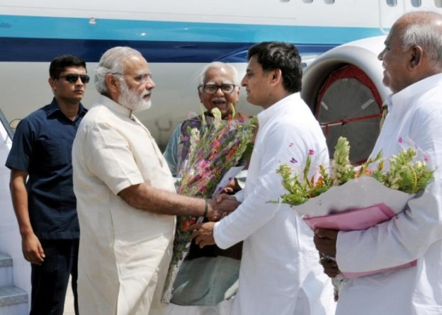 मुख्यमंत्री श्री अखिलेश यादव 18 सितम्बर, 2015 को वाराणसी में प्रधानमंत्री श्री नरेन्द्र मोदी का स्वागत करते हुए। साथ में हैं, राज्यपाल श्री राम नाईक।