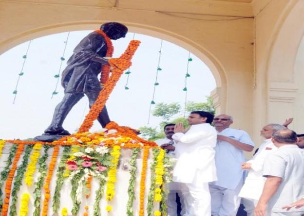 मुख्यमंत्री श्री अखिलेश यादव 02 अक्टूबर, 2015 को गांधी जयंती पर जी.पी.ओ. स्थित महात्मा गांधी की प्रतिमा पर पुष्पांजलि अर्पित करते हुए।