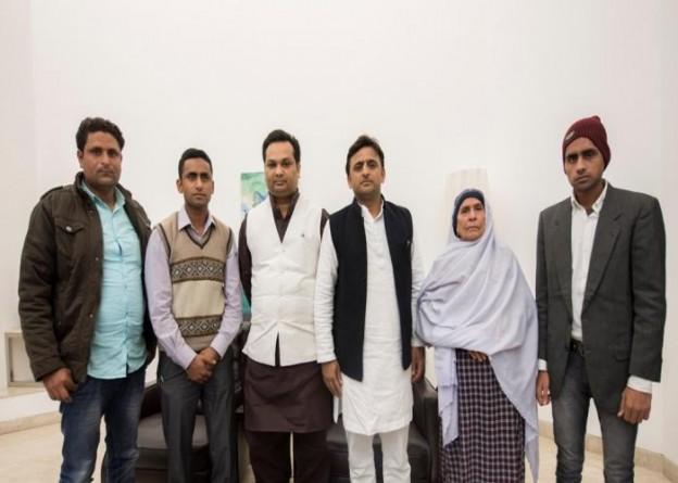 उत्तर प्रदेश के मुख्यमंत्री श्री अखिलेश यादव से 6 दिसम्बर, 2015 को उनके सरकारी आवास 5, कालिदास मार्ग पर स्व0 अखलाक के परिजनों ने मुलाकात की।