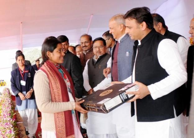 उत्तर प्रदेश के मुख्यमंत्री श्री अखिलेश यादव 17 दिसम्बर, 2015 को गोरखपुर में आयोजितजन सभा के दौरान एक छात्रा को लैपटाॅप प्रदान करते हुए।