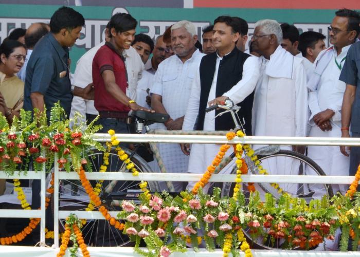 मुख्यमंत्री श्री अखिलेश यादव 31 मार्च, 2016 को जनपद महोबा में एक लाभार्थी को साइकिल प्रदान करते हुए।