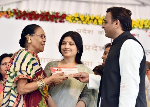 मुख्यमंत्री श्री अखिलेश यादव लखनऊ में 'अवध शिल्प ग्राम' के लोकार्पण अवसर पर 'समाजवादी हस्तशिल्पी पेंशन योजना' की एक लाभार्थी को पासबुक प्रदान करते हुए।