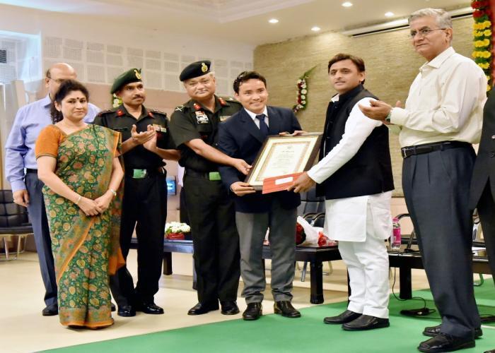 मुख्यमंत्री श्री अखिलेश यादव 2 सितम्बर, 2016 को अपने सरकारी आवास पर रियो ओलम्पिक में प्रतिभाग करने वाले शूटर श्री जीतू राई को सम्मानित करते हुए।