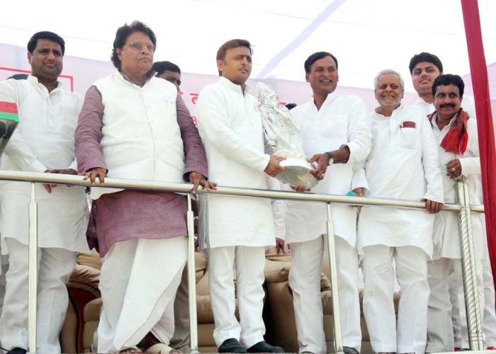 22 अक्टूबर, 2014 को उत्तर प्रदेश के मुख्यमंत्री श्री अखिलेश यादव को मेला श्री बटेश्वरनाथ, आगरा के भ्रमण के दौरान जनप्रतिनिधिगण प्रतीक चिन्ह् भेंट करते हुए।