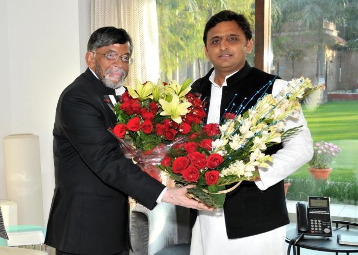 मुख्यमंत्री श्री अखिलेश यादव से 30 जनवरी, 2015 को केन्द्रीय वस्त्र उद्योग राज्यमंत्री स्वतंत्र प्रभार श्री संतोष कुमार गंगवार ने भेंट की।