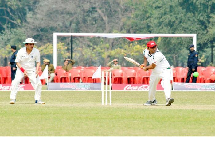 मुख्यमंत्री श्री अखिलेश यादव 15 फरवरी, 2015 को ला मार्टीनियर मैदान पर आई0ए0एस0 सर्विस वीक के दौरान आयोजित एक मैत्री क्रिकेट मैच में बल्लेबाजी करते हुए।