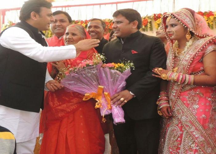 उत्तर प्रदेश के मुख्यमंत्री श्री अखिलेश यादव 10 दिसम्बर, 2015 को बाराबंकी जनपद में एक वैवाहिक कार्यक्रम में शामिल हुए।