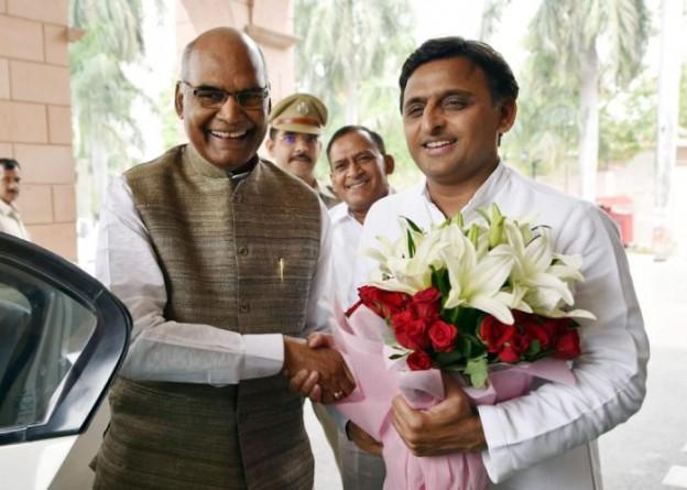उत्तर प्रदेश के मुख्यमंत्री श्री अखिलेश यादव 17 अप्रैल, 2016 को अपने सरकारी आवास पर बिहार के राज्यपाल श्री राम नाथ कोविंद से मुलाकात करते हुए।
