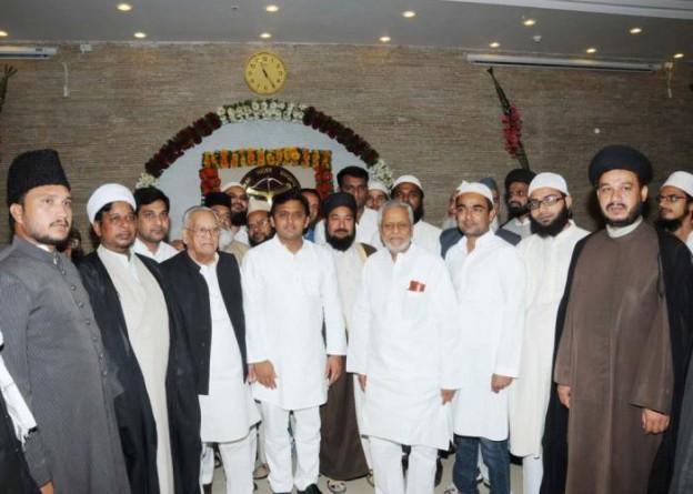 24 अगस्त, 2014 को उत्तर प्रदेश के मुख्यमंत्री श्री अखिलेश से उनके सरकारी आवास 5, कालिदास मार्ग, पर मुस्लिम समुदाय के लोगों ने भेंट कर दीपावली की बधाई दी।