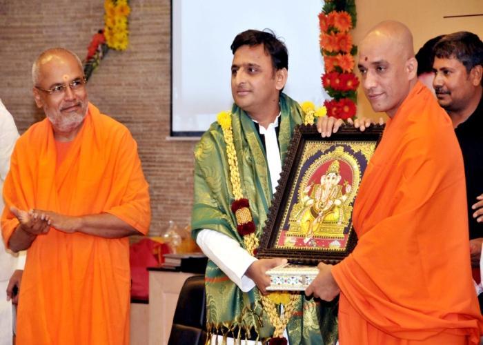 मुख्यमंत्री श्री अखिलेश यादव को 19 नवम्बर, 2015 उनके सरकारी आवास पर श्री आदिचुनचनागिरि शिक्षण ट्रस्ट के जगद्गुरु श्री निर्मलानन्दनाथ महास्वामी सम्मानित करते हुए।