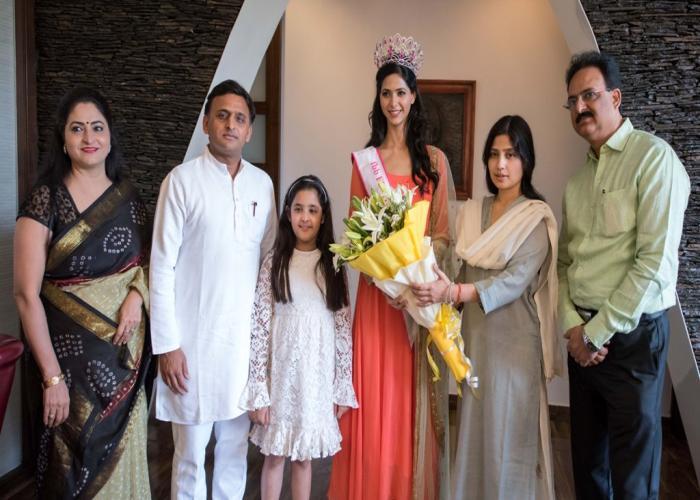मुख्यमंत्री श्री अखिलेश यादव से 20 अप्रैल, 2016 को उनके सरकारी आवास पर फेमिना मिस इण्डिया2 016 की द्वितीय रनरअप सुश्री पंखुड़ी गिडवानी ने भेंट की।