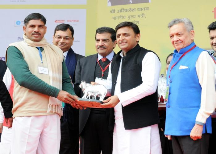 मुख्यमंत्री श्री अखिलेश यादव 22 जनवरी, 2015 को लखनऊ में आयोजित 'एग्रीहाॅर्टी टेक उत्तर प्रदेश' में एक कृषक को सम्मानित करते हुए।