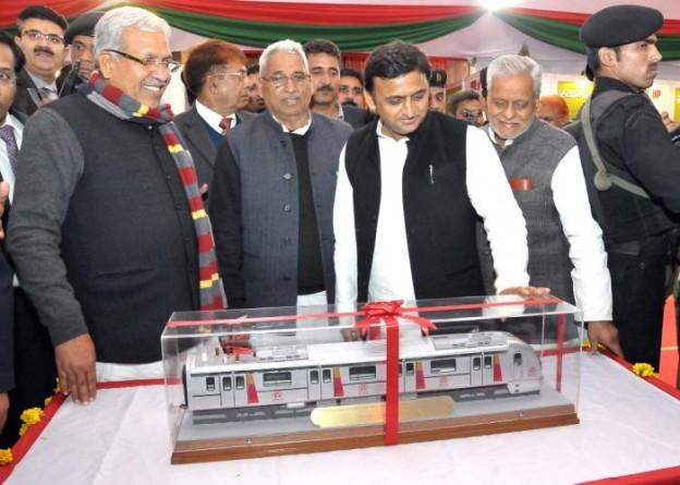मुख्यमंत्री श्री अखिलेश यादव 30 जनवरी, 2015 को सूचना विभाग द्वारा आयोजित प्रदर्शनी के दौरान लखनऊ मेट्रो रेल के माॅडल का अवलोकन करते हुए।