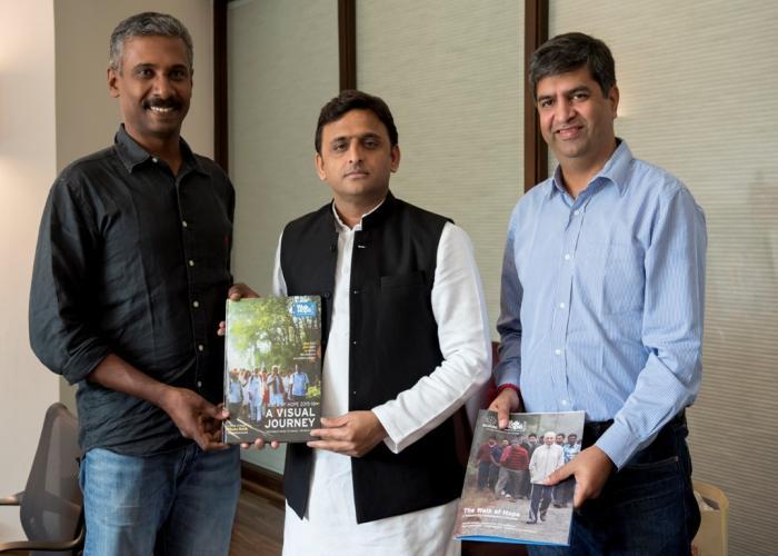 मुख्यमंत्री श्री अखिलेश यादव से 19 नवम्बर, 2015 को उनके सरकारी आवास पर 'वाॅक आॅफ होप' में शामिल श्री पंकज कक्कड़ तथा श्री पी0एन0 शानवास मुलाकात करते हुए।