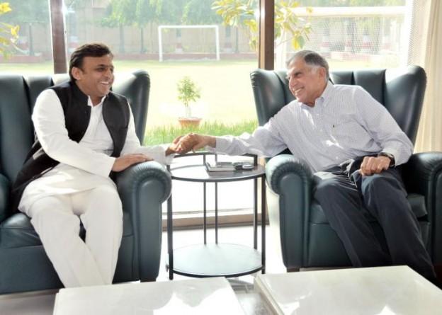मुख्यमंत्री श्री अखिलेश यादव 21 दिसम्बर, 2015 को लखनऊ स्थित अपने सरकारी आवास पर टाटा ट्रस्ट्स के चेयरमैन श्री रतन टाटा के साथ।