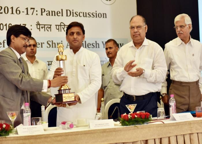मुख्यमंत्री श्री अखिलेश यादव 22 अप्रैल, 2016 को लखनऊ में पैनल परिचर्चा 'उत्तर प्रदेश बजट 201617' के अवसर पर।